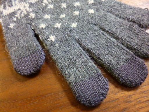 手袋の指先のみを導電性の高い繊維に