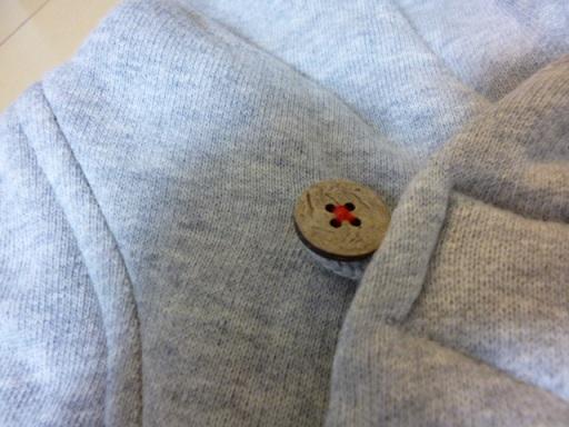 ボタンを縫ってる糸の赤がアクセントになってる~