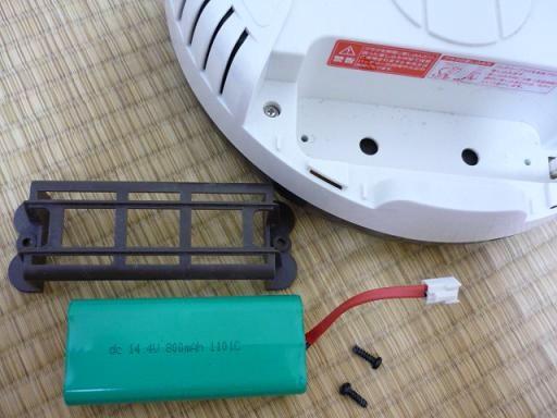 ネジをはずして、古いバッテリーを取り出します。