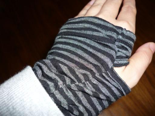 親指を通す穴が付いています、手が温かい!!