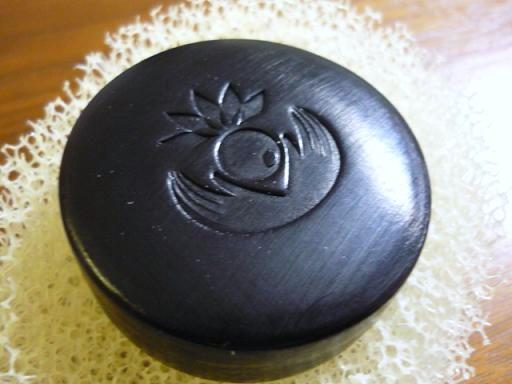 真っ黒黒の美容成分たっぷりの石鹸