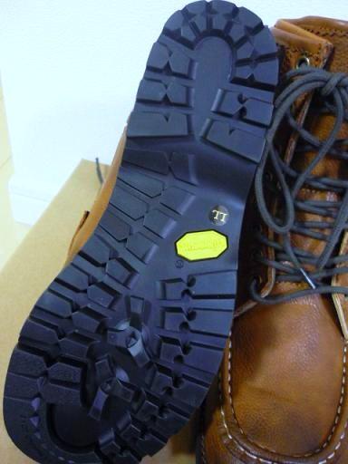 本格的な登山ブーツにも使用されるほどの高品質を誇る、ビブラム社の物を採用