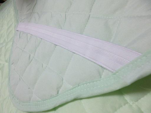 ベッドなどに固定するためのゴム付き